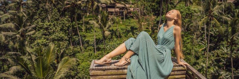 横幅,长的在典型的亚洲山坡的格式美好的年轻女人步行用种田的米,山形状绿色小瀑布 免版税库存图片