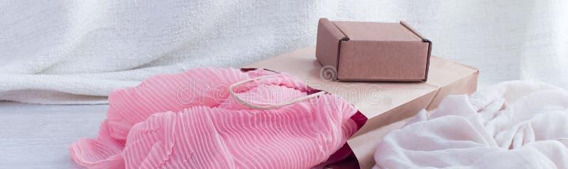横幅A套妇女` s时装配件购物的首饰围巾 免版税图库摄影