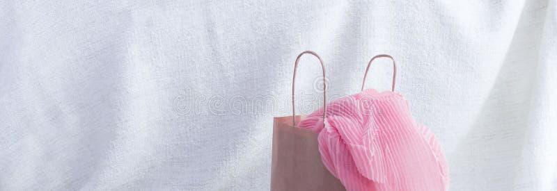 横幅A套妇女` s时装配件购物的首饰围巾 免版税库存图片