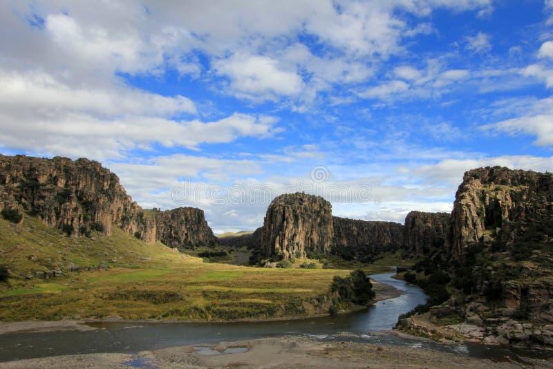 横渡三个的河和的峡谷,阿普里马克省河安地斯山的高地秘鲁 免版税库存照片