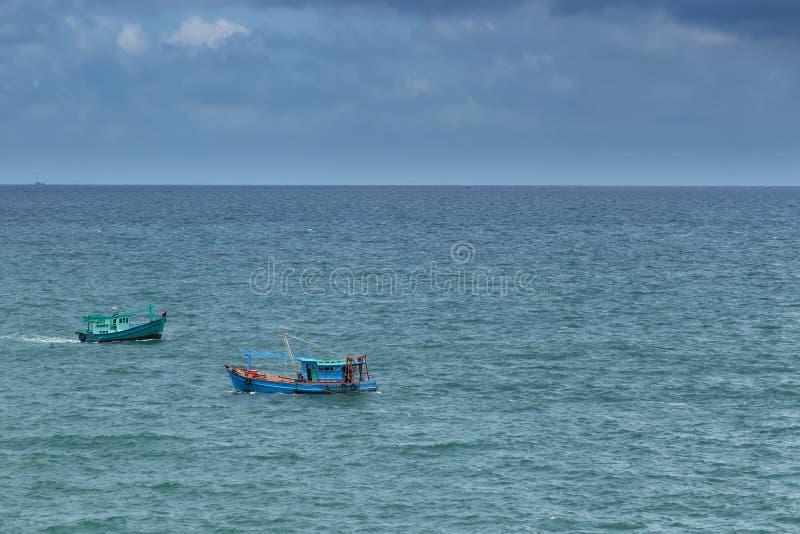 横渡中的每一的两渔船暹罗湾的水 图库摄影