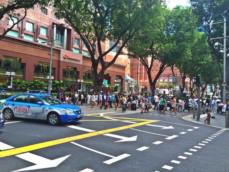 横渡乌节路,新加坡的人们 库存图片
