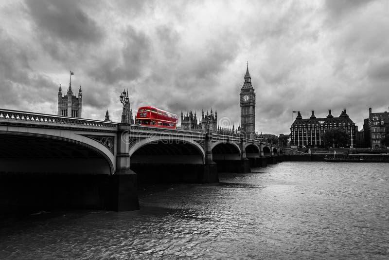 横渡伦敦中部的公共汽车在一灰色天期间 图库摄影