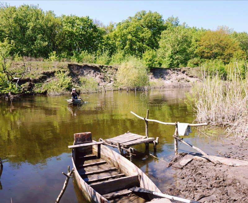 横渡在一条木平底船小船通过河翼果 乌克兰 免版税库存图片