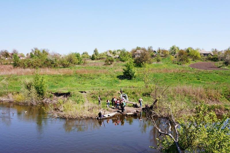 横渡在一条木平底船小船通过河翼果 乌克兰 免版税图库摄影