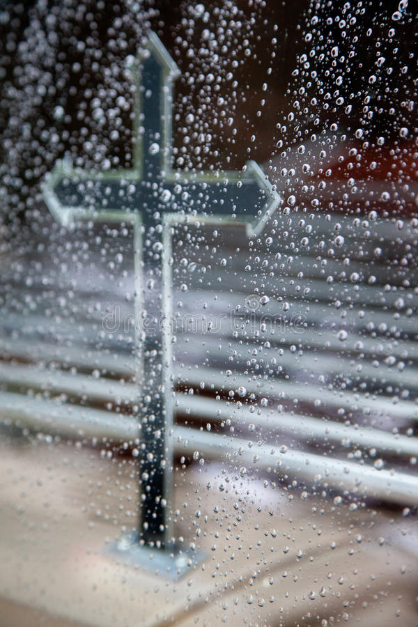 横渡在柩车和雨珠在窗玻璃 免版税库存图片
