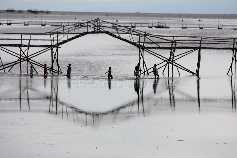 横渡在海洋桥梁下 库存图片