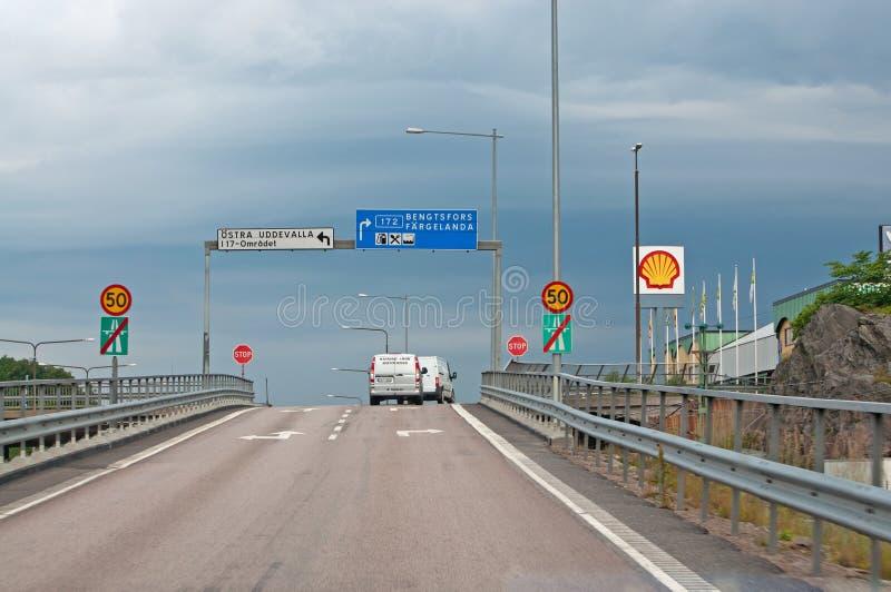 横渡有roadsigns的机动车路的交通 库存照片