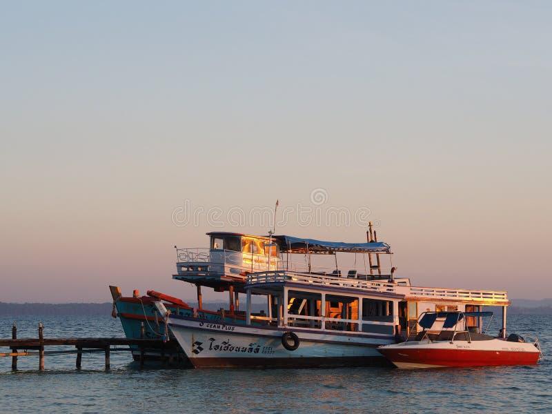 横渡海岛的小船 免版税库存图片