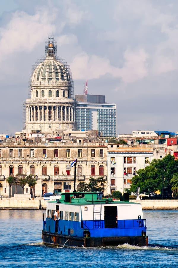 横渡海湾的国会大厦和一艘老汽艇在哈瓦那 库存图片