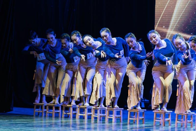 横渡舞蹈Departmen的河1中国民间舞蹈毕业展示戴妇女 免版税库存图片