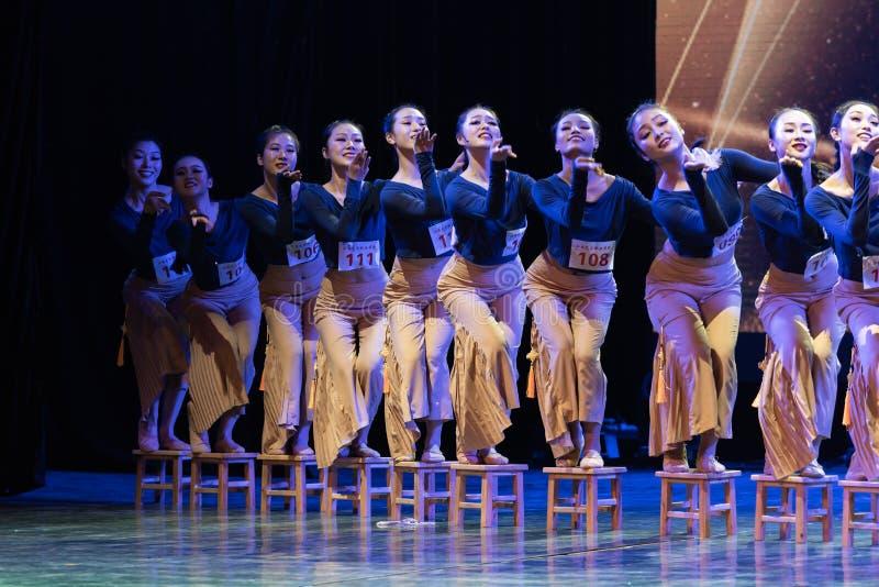 横渡舞蹈Departmen的河1中国民间舞蹈毕业展示戴妇女 库存图片