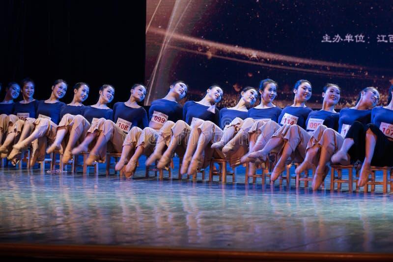 横渡舞蹈Departmen的河2中国民间舞蹈毕业展示戴妇女 库存图片