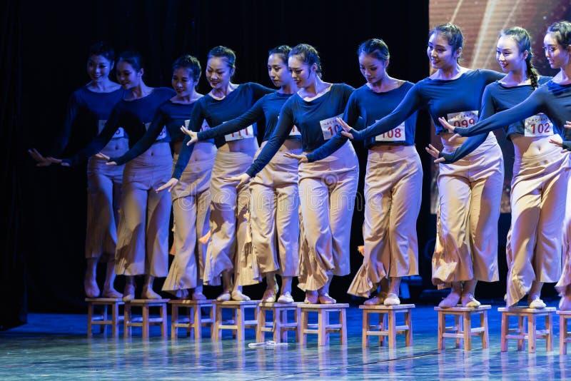 横渡舞蹈Departmen的河2中国民间舞蹈毕业展示戴妇女 免版税库存照片