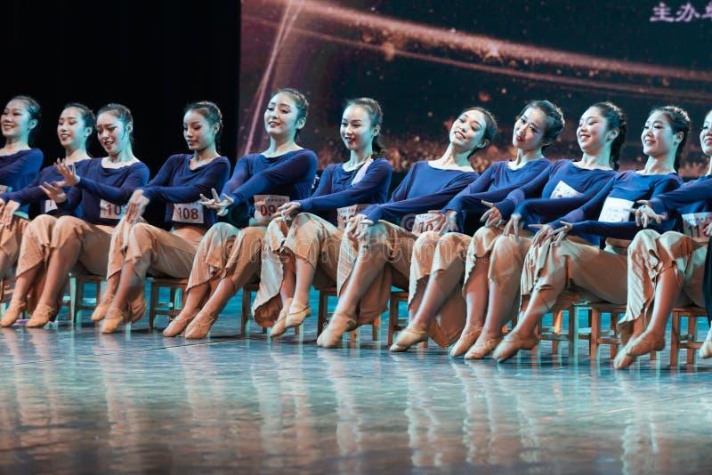 横渡舞蹈Departmen的河3中国民间舞蹈毕业展示戴妇女 免版税库存图片