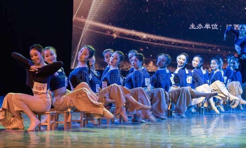 横渡舞蹈Departmen的河4中国民间舞蹈毕业展示戴妇女 免版税库存照片