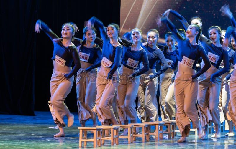横渡舞蹈Departmen的河5中国民间舞蹈毕业展示戴妇女 免版税库存图片