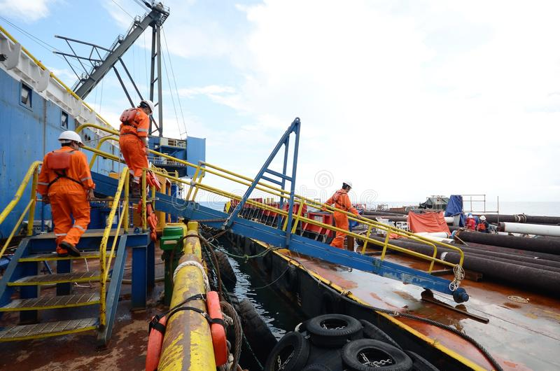 横渡通道的建筑队对货物驳船 免版税库存照片