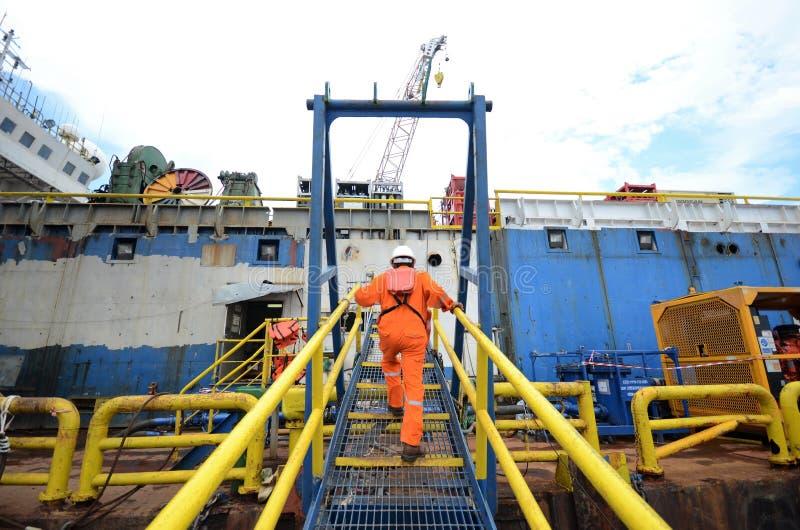 横渡通道的建筑队对货物驳船 免版税图库摄影
