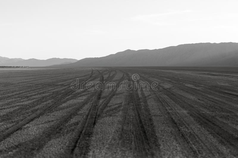 横渡黑岩石playa的成为不饱和的场面轮胎轨道 库存图片