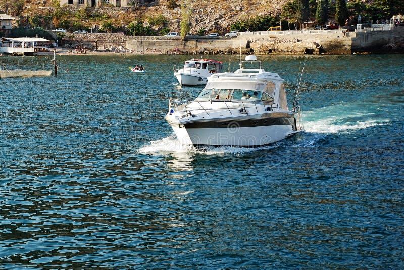 横渡水表面的小船 库存图片