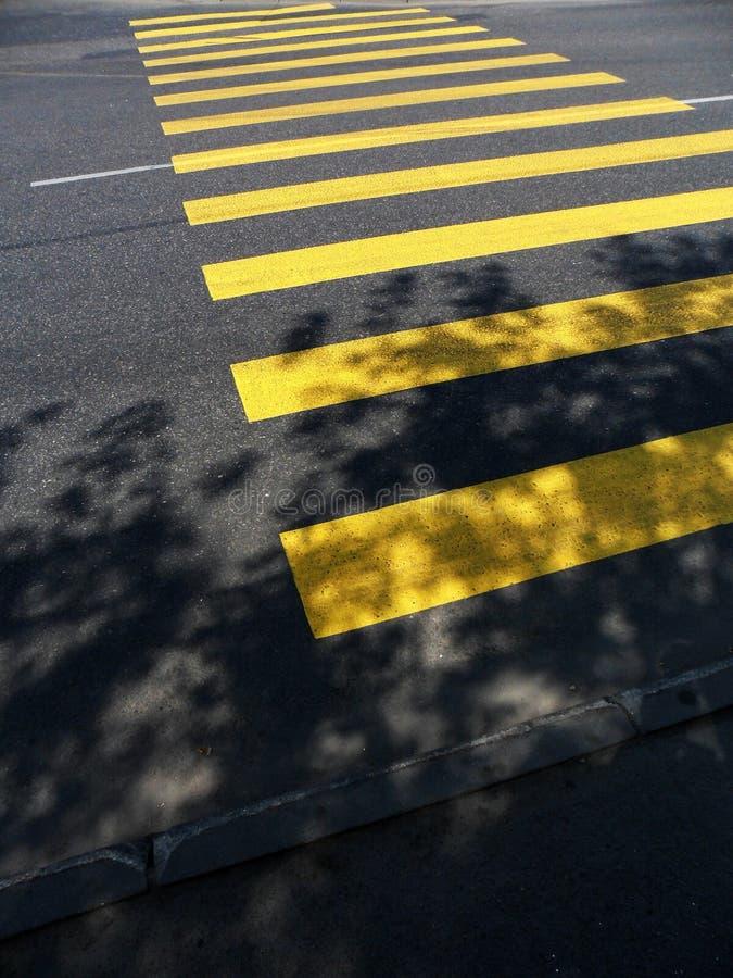 横穿步行者黄色 图库摄影