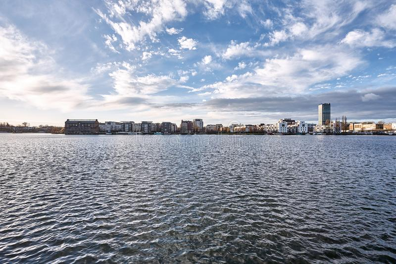 一个湖的一种都市风景在蓝色多云天空下在一个温和的冬天早晨,在柏林图片