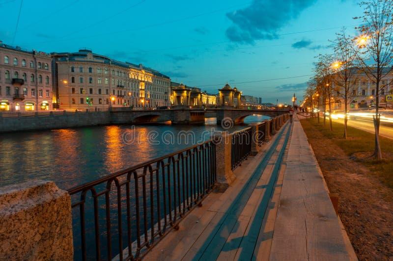 横跨丰坦卡河的罗蒙诺索夫桥梁在圣彼德堡,俄罗斯 历史耸立的可移动的桥梁,在18世纪修造 免版税库存图片