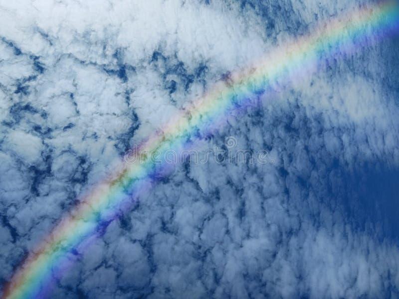 横跨云彩形成的彩虹在天空 库存图片