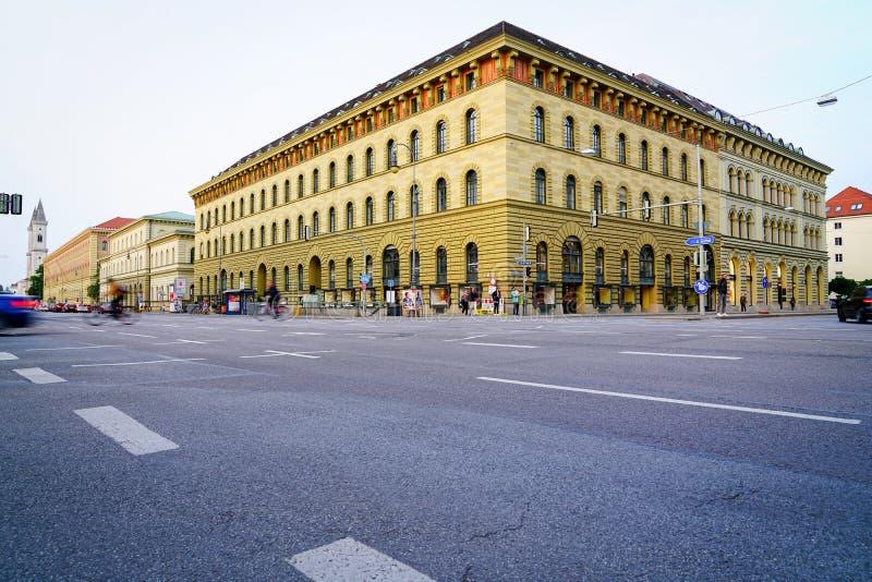 横跨交叉点的轰烈的橄榄绿大厦 免版税库存图片