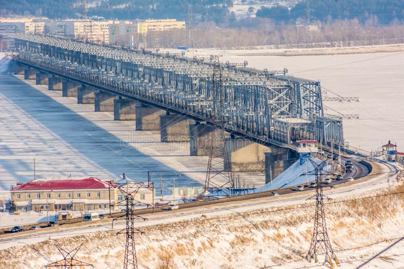 横跨伏尔加河的皇家桥梁乌里杨诺夫斯克号的 免版税库存图片
