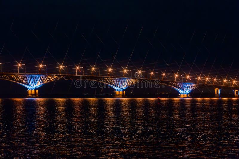 横跨伏尔加河的路桥梁在市萨拉托夫和恩格斯,俄罗斯之间 夜或晚上风景 库存照片