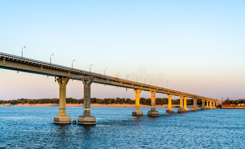 横跨伏尔加河的跳舞的桥梁在伏尔加格勒,俄罗斯 免版税图库摄影