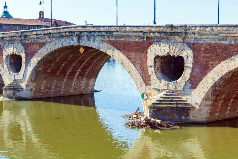 横跨加龙河,图卢兹的石桥梁 免版税库存图片