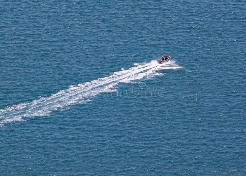 横跨在北岛,新西兰围拢登上Maunganui的绿松石海的汽船速度 免版税库存图片