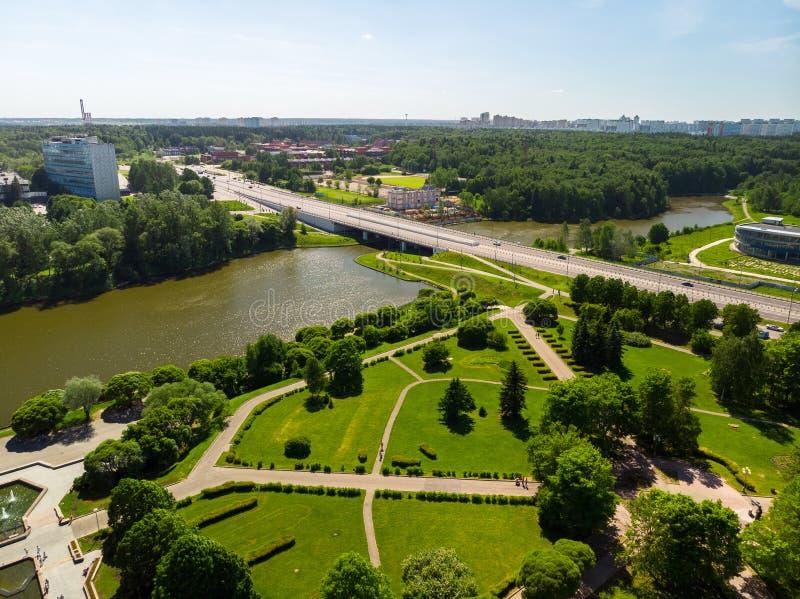 横跨大城市池塘的桥梁和胜利在Zelenograd俄罗斯停放 免版税库存照片