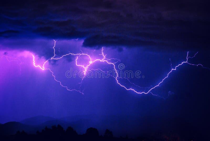 横跨天空的大五颜六色的云彩闪电条纹在风暴 免版税图库摄影