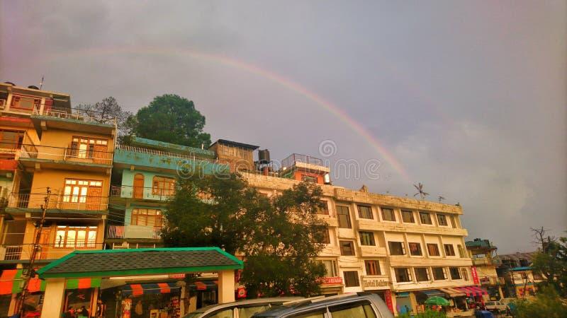 横跨天空的彩虹 免版税库存照片