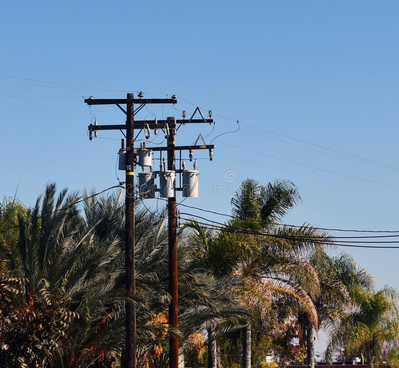 横跨天空的输电线 免版税库存照片