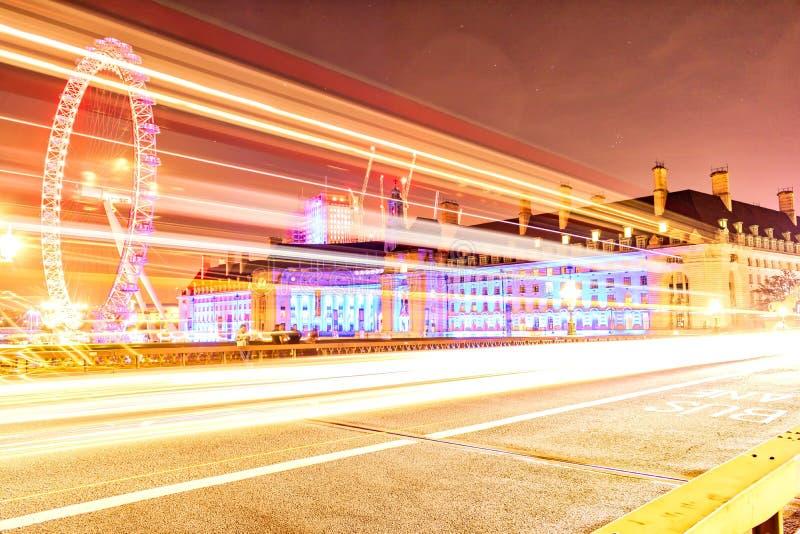 横跨威斯敏斯特桥梁的光足迹 免版税库存照片