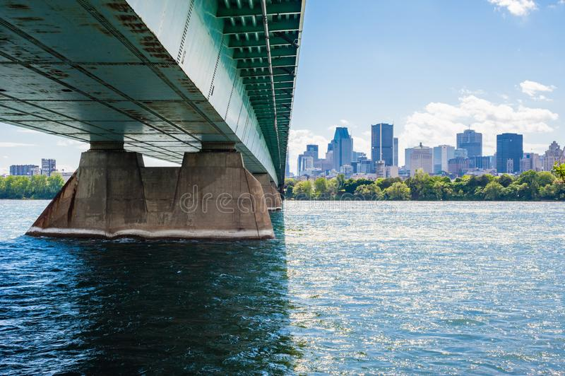 横跨导致街市蒙特利尔,魁北克,加拿大的河的钢桥梁 库存照片