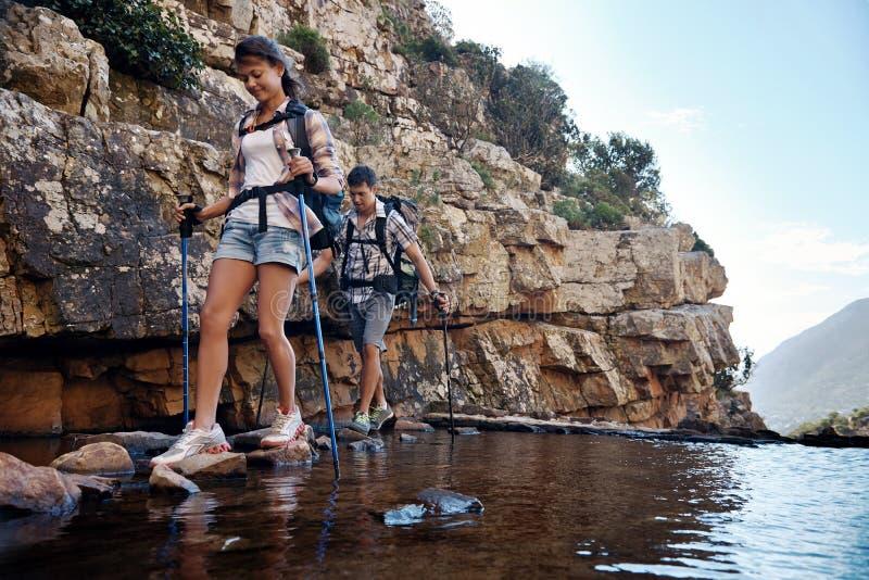 横跨小河的岩石卖力 免版税库存照片