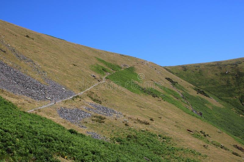 横跨山坡Mousthwaite梳子, Cumbria的小径 库存照片
