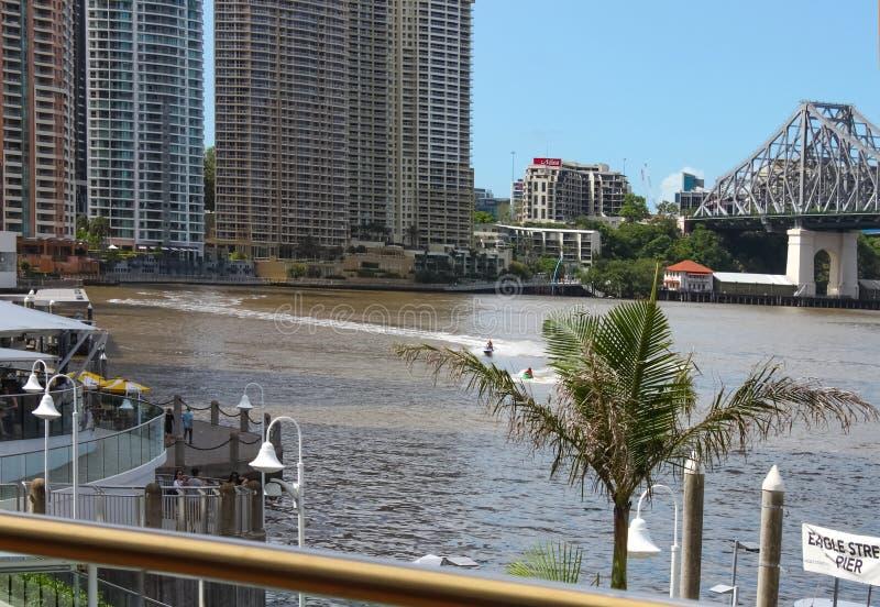 横跨布里斯班河的PWCs徒升在有摩天大楼的著名故事桥梁和老鹰街道码头附近在背景中在Brisb 免版税库存照片