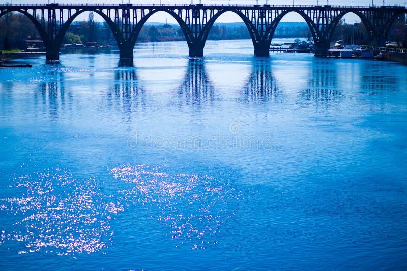 横跨德聂伯级河的被成拱形的铁路桥 图库摄影