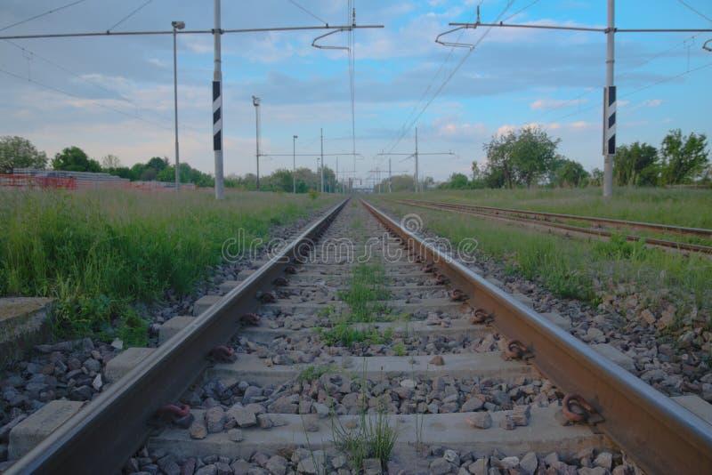横跨意大利乡下的铁路轨道 库存照片
