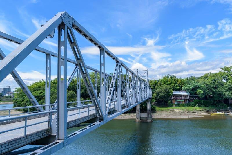 横跨旭区河的蓝色桥梁从冈山城堡向后乐园G 免版税库存照片