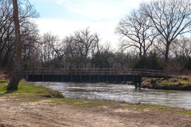 横跨普拉特河的老木桥 库存图片