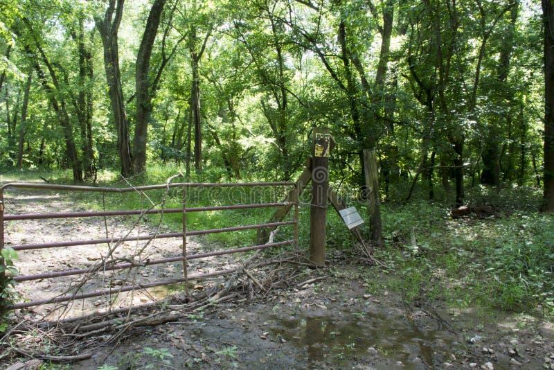 横跨未使用的路的门 库存图片