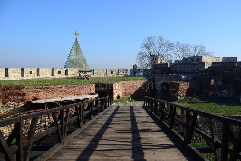 横跨桥梁的方式对教会 库存图片